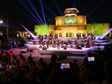 Pengunjung menyaksikan konser di teater terbuka Gedung Opera Kairo, Mesir, Kamis (9/7/2020). Gedung Opera Kairo kembali dibuka dengan menerapkan langkah-langkah anti-COVID-19 yang ketat. (Xinhua/Ahmed Gomaa)