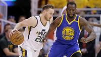 Forward Golden State Warriors, Draymond Green (kanan), mengawal pergerakan forward Utah Jazz, Gordon Hayward, pada Gim 4 Semifinal Wilayah Barat di Salt Lake City, Senin (8/5/2017). (AP Photo/Rick Bowmer)