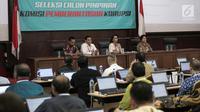 Ketua Pansel Capim KPK Yenti Ganarsih (dua kanan) berbicara dalam tes uji kompetensi Seleksi Calon Pimpinan KPK di Pusdiklat Kemensesneg, Cilandak, Jakarta, Kamis (18/7/2019). Sebanyak 192 kandidat mengikuti uji kompetensi calon pimpinan KPK. (Liputan6.com/Faizal Fanani)