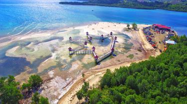 Destinasi wisata Pantai Ratu ini terletak di Desa Tenilo, Kecamatan Tilamuta, Kabupaten Boalemo. foto: Uyan Pakaya (Arfandi Ibrahim/Liputan6.com)