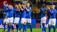 Para pemain Italia memberikan aplaus kepada suporter usai mengalahkan Liechtenstein pada laga Kualifikasi Piala Eropa 2020 di Stadion Ennio-Tardini, Selasa (26/3). Italia menang 6-0 atas Liechtenstein. (AFP/Miguel Medina)