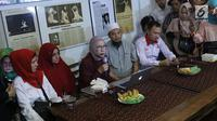 Aktivis Ratna Sarumpaet menyampaikan keterangan kasus penganiayaan yang dialaminya, Jakarta, Rabu (3/10). Ratna mengakui tidak ada penganiayaan yang diterimanya seperti kabar yang berkembang beberapa waktu terakhir. (Liputan6.com/Immanuel Antonius)