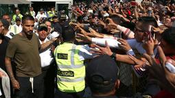 Sejumlah penggemar menyapa kapten timnas Sepak Bola Peru Paolo Guerrero saat tiba di Lima untuk menjalani tes, Peru (15/5). Striker 34 tahun itu terpaksa absen di Rusia karena terlibat kasus doping. (AP/Martin Mejia)