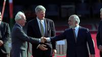 PM Israel Yitzhak Rabin (kiri) bersalaman dengan Raja Hussein dari Yordania (kanan) usai menyepakati perdamaian kedua negara, dimediasi oleh Presiden AS Bill Clinton (tengah) pada 26 Oktober 2020 (Government Press Office Israel)