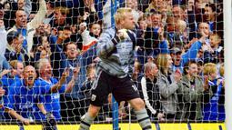 Antti Niemi. Kiper ini pernah memperkuat 3 klub Premier League, Southampton, Fulham dan Portsmouth mulai musim 2002/2003 hingga 2009/2010. Total tampil dalam 143 penampilan di Premier League dengan torehan 36 clean sheets. Pada Maret 2010 ia memutuskan pensiun. (Foto: AFP/Carl de Souza)