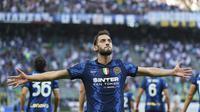 Gelandang Inter Milan, Hakan Calhanoglu berselebrasi usai mencetak gol ke gawang Genoa pada pertandingan perdana Liga Serie A Italia di stadion San Siro di Milan, Italia, Sabtu (21/8/2021). Inter Milan menang telak atas Genoa dengan skor 4-0. (Spada/LaPresse via AP)