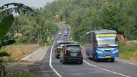 Kendaraan di jalur selatan Jawa Tengah (JLS) di Sengkala, Perbatasan Banyumas-Cilacap cenderung lengang pada masa arus balik 2017 ini, Sabtu (1/7/2017). (Liputan6.com/Muhamad Ridlo)