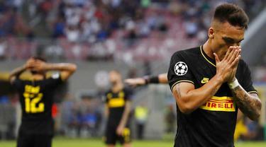 Penyerang Inter Milan, Lautaro Martinez, tampak kecewa usai ditahan imbang Slavia Praha pada laga Liga Champions di Stadion Giuseppe Meazza, Selasa (17/9/2019). Kedua tim bermain imbang 1-1. (AP/Antonio Calanni)