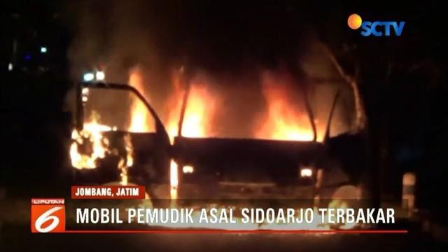 Mobil pemudik asal Sidoarjo terbakar di Jombang, Jawa Timur. Dalam peristiwa tersebut, anak pemilik mobil nyaris terbakar karena terjebak api.