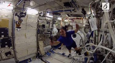 Di tengah kesibukan melakukan penelitian, Para Astronaut bermain badminton dalam keadaan nol gravitasi di Stasiun Luar Angkasa Internasional (ISS).