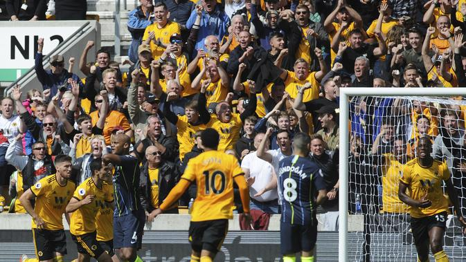 Pemain Wolverhampton Wanderers Willy Boly (kanan) merayakan gol ke gawang Manchester City pada pekan ketiga Liga Inggris di Molineux Stadium, Sabtu (25/8/2018). (AP Photo/Rui Vieira)