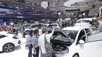 Pengunjung melihat mobil yang dipamerkan pada gelaran GIIAS 2018 di ICE, BSD City, Kamis (2/8/2018). Selain menjadi pemanis dan daya tarik pameran, SPG juga bisa membantu menjabarkan spesifikasi kendaraan yang dipamerkan. (Bola.com/M Iqbal Ichsan)