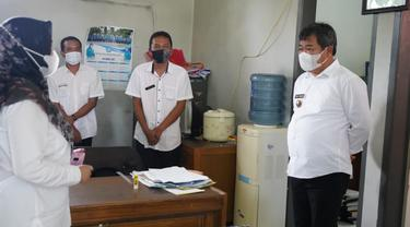 Bupati Garut Rudy Gunawan melakukan pengecekan ke kantor DPMD dalam rangkaian persiapan pelaksanaan pilkades 8 Juni mendatang.