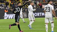 Striker Argentina Lucas Alario merayakan golnya ke gawang Jerman dalam laga persahabatan di Signal Iduna Park, Dortmund, Kamis (10/10/2019) dini hari WIB. (AP Photo/Martin Meissner)