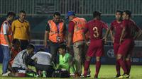 Kiper Timnas Indonesia, Muhammad Riyandi, cedera saat melawan Thailand pada laga PSSI 88th U-19 di Stadion Pakansari, Jawa Barat, Minggu (23/9/2018). Kedua negara bermain imbang 2-2. (Bola.com/Vitalis Yogi Trisna)