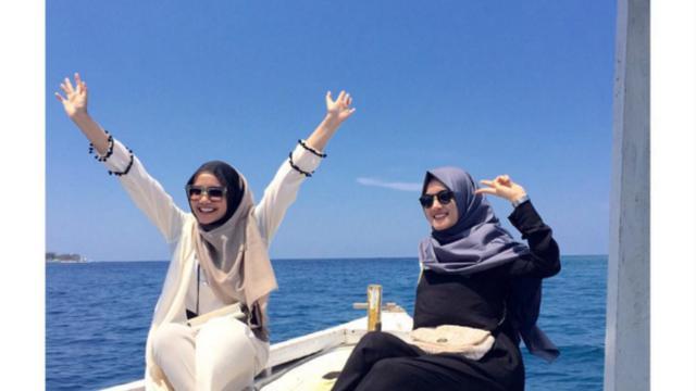 Stylish Bergaya Hijab Di Pantai Ala Zaskia Sungkar Fashion