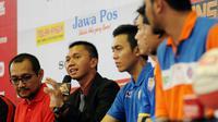 Commissioner NBL Indonesia, Azrul Ananda (kedua kiri) memberikan sejumlah keterangan saat jumpa pers jelang bergulirnya IndiHome National Basketball League (NBL) Championship Series 2015 di Jakarta, Jumat (1/5/2015). (Liputan6.com/Helmi Fithriansyah)