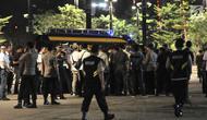 Sejumlah Polisi berjaga tidak jauh dari lokasi ledakan di Parkir Timur Stadion Gelora Bung Karno (GBK), Jakarta, Minggu (17/2). Ledakan terjadi di dekat lokasi nonton bareng yang disediakan untuk pendukung capres. (merdeka.com/Iqbal S Nugroho)
