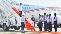 Presiden Jokowi menuruni tangga pesawat Kepresidenan saat tiba di Bandara Internasional Jawa Barat (BIJB) Kertajati, Majalengka, Kamis (24/5). Pesawat kepresidenan resmi menjadi pesawat pertama yang mendarat bandara tersebut. (Liputan6.com/Pool/Setpres)