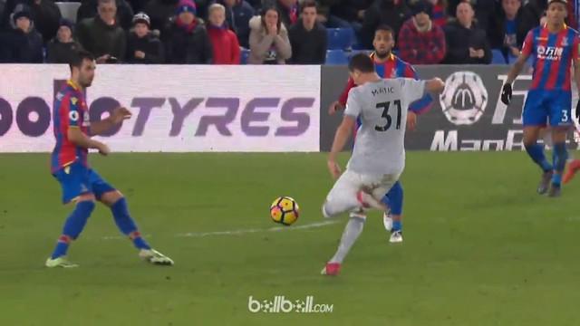 Berita video gol spektakuler Nemanja Matic saat Manchester United menang atas Crystal Palace 3-2 di Premier League 2017-2018. This video presented by BallBall.