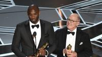 Kobe Bryant saat menerima Oscar (AP)