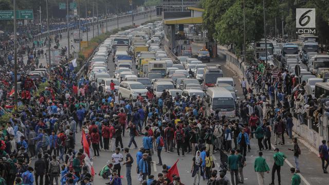 Mahasiswa Demo di DPR Blokade Tol Dalam Kota