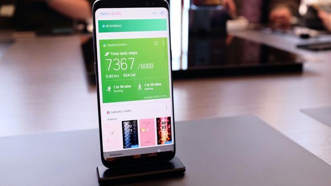 Menjajal asisten virtual Bixby di Samsung Galaxy S8. (Liputan6.com/Iskandar)