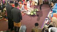 Acara yang berlangsung di kediaman Bobby Nasution ini memang berlangsung secara eksklusif. Hanya pihak-pihak tertentu yang diizinkan menyaksikan jalannya acara ini, dan awak media pun juga sangat terbatas gerakannya. (Istimewa)