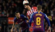 Gelandang Barcelona, Sergio Busquets (kiri), saat berhadapan dengan Atletico Madrid pada laga lanjutan La Liga Spanyol musim lalu di Camp Nou, 6 April 2019. (AFP/Lluis Gene)