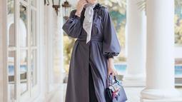 Meski tergolong baru dalam mengenakan hijab, namun Erin nampak tak kesulitan dalam memadupadankan style berpakaiannya sehari-hari dengan hijab. Erin juga diketahui memiliki clothing line sendiri. (Liputan6.com/IG/erintaulany)