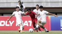 Penyerang Timnas Indonesia U-19, Mochammad Supriyadi, berusaha melepaskan diri dari kepungan pemain Timnas Iran U-19 dalam laga uji coba internasional di Stadion Patriot Candrabhaga, Bekasi, Sabtu (7/9/2019). Timnas Indonesia U-19 kalah 2-4 dari Iran dalam pertandingan ini. (Bola.com/Yoppy Renato)