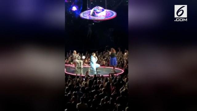 Katy Perry bantu penggemarnya yang ingin nyatakan cinta pada sang pasangan saat konser di Auckland, Selandia Baru.