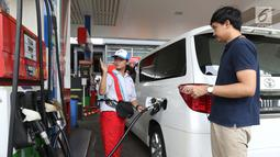 Petugas SPBU melayani pengisian BBM di SPBU Jakarta, Minggu (10/2). Harga Pertamax diturunkan dari Rp 10.200 menjadi Rp 9.850 per liter, harga Dexlite diturunkan dari Rp 10.300 menjadi Rp 10.200 per liter. (Liputan6.com/AnggaYuniar)