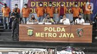 Kapolda Metro Jaya Irjen Nana Sudjana (kedua kiri) menyampaikan keterangan saat rilis kasus premanisme kelompok John Kei di Polda Metro Jaya, Jakarta, Senin (22/6/2020). John Kei memerintahkan anak buahnya membunuh Nus Kei dan anggotanya berinisial ER. (Liputan6.com/Johan Tallo)