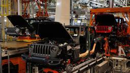 Sejumlah mobil Jeep Wranglers 2019 terlihat di pabrik perakitan Jeep Chrysler di Toledo, Ohio, AS (16/11). (AP Photo/Carlos Osorio)