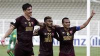 Striker PSM Makassar, Ferdinan Sinaga, melakukan selebrasi usai mencetak gol ke ke gawang Shan United pada laga Piala AFC 2020 di Stadion Madya, Senayan, Jakarta, rabu (26/2). PSM menang 3-1 atas Shan United. (Bola.com/Yoppy Renato)