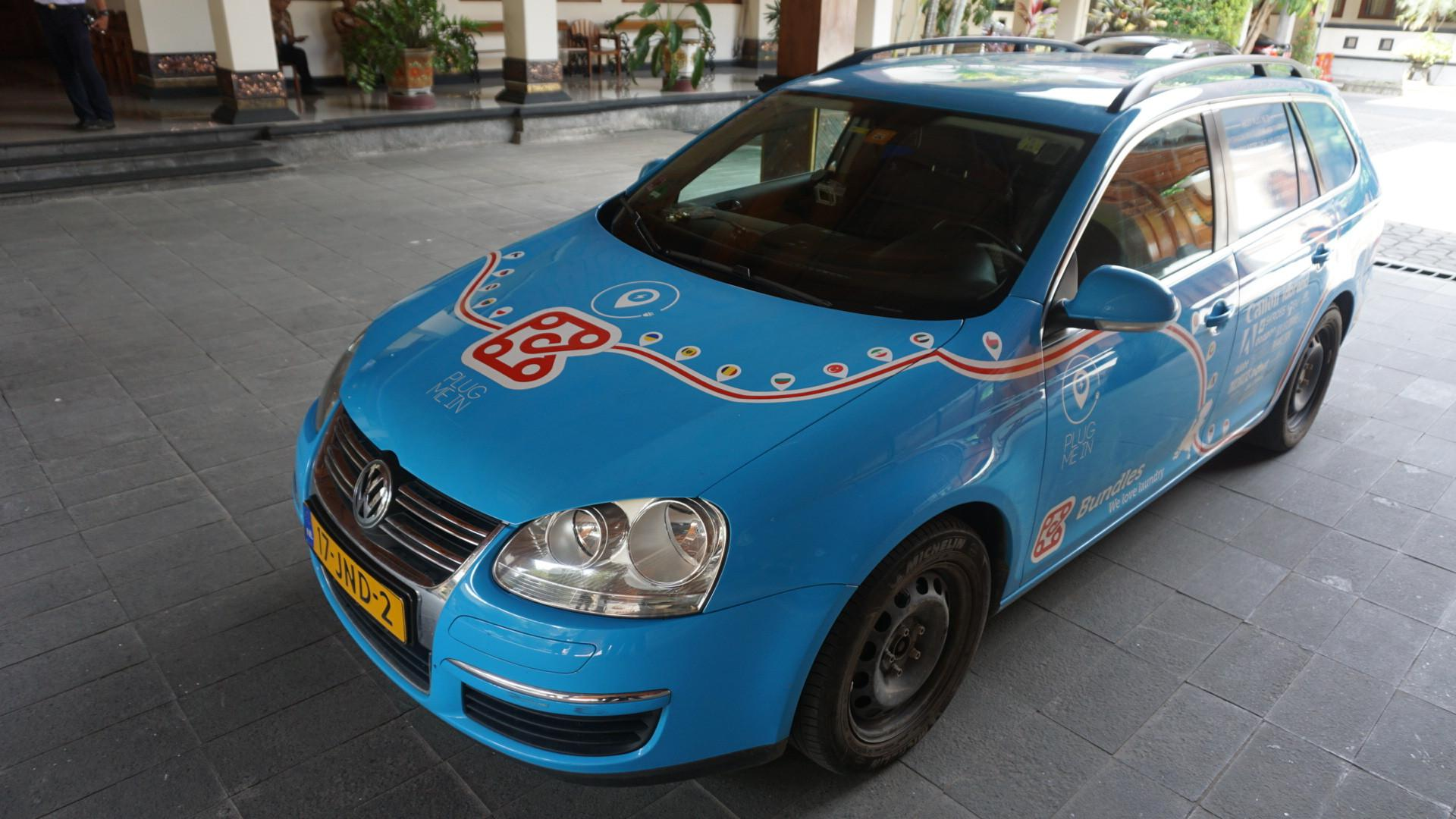 Bule asal Belanda, Wiebe Wakker berkeliling ke puluhan negara untuk kampanye mobil listrik yang ramah lingkungan.(Liputan6.com/Fajar Abrori)
