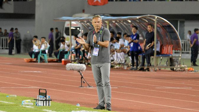 Pelatih Timnas Myanmar, Antoine Hey. (Bola.com/Dok. AFF Suzuki Cup)