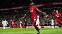 Pemain Liverpool Sadio Mane (tengah) melakukan selebrasi usai mencetak gol ke gawang Sheffield United pada pertandingan lanjutan Liga Inggris di Anfield Stadium, Liverpool, Inggris, Kamis (2/1/2020). Liverpool menang 2-0. (AP Photo/Jon Super)