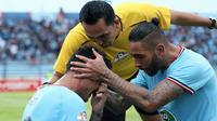 Alex Goncalves (kiri) menangis setelah mencetak gol ke gawang PSM di Stadion Surajaya, Lamongan (7/12/2019). (Bola.com/Aditya Wany)