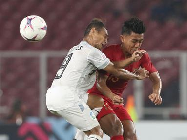 Pemain Timnas Indonesia, Febry Hariyadi (kanan) berebut bola dengan pemain Timor Leste pada laga penyisihan grup B Piala AFF 2018 di Stadion GBK, Jakarta, Selasa (13/11). Babak pertama berakhir imbang 0-0.(Www.sulawesita.com)