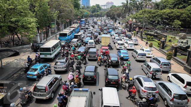 Puluhan kendaraan terjebak kemacetan panjang di Jalan Medan Merdeka Timur, Jakarta, Kamis (15/10/2015). .(Liputan6.com/Faizal Fanani)