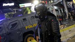 Personil Kepolisian dari satuan Brimob saat menghalau massa yang berlaku anarkis di sekitar depan Gedung Bawaslu, Jalan MH Thamrin, Jakarta, Rabu (22/5/2019). Aksi unjuk rasa yang dimotori GNKR berakhir ricuh. (Liputan6.com/HelmiFithriansyah)