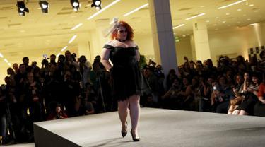 Seorang model berjalan di atas catwalk Fashion Weekend Plus Size 2015 di Sao Paulo, Brasil (25/7/2015). Model kini tak lagi didominasi oleh wanita bertubuh langsing. (Reuters/Nacho Doce)