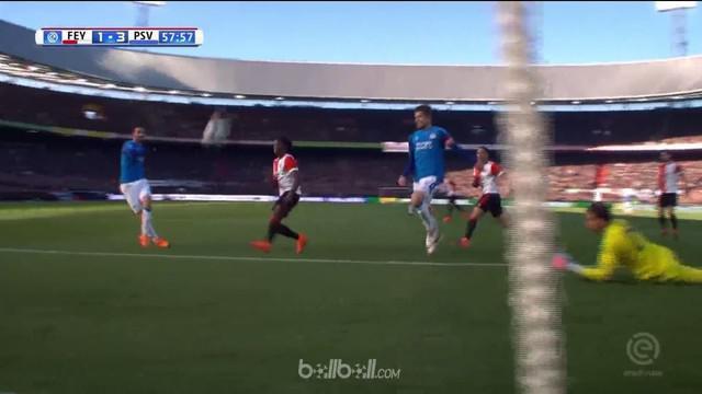 PSV Eindhoven unggul tujuh poin di puncak klasemen Eredivisie usai menggulung Feyenoord dengan skor 3-1. Di babak pertama PSV suda...
