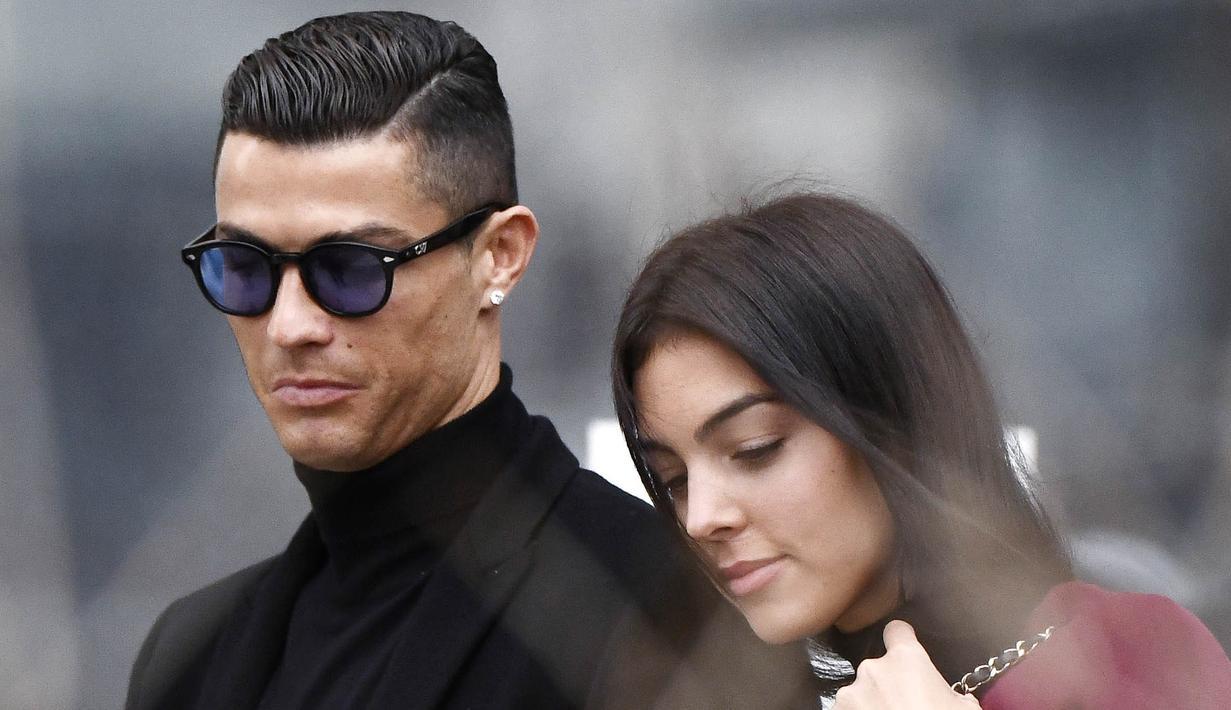 Cristiano Ronaldo bersama kekasihnya, Georgina Rodriguez, meninggalkan kantor pengadilan usai menghadiri sidang penggelapan pajak di Madrid, Spanyol (22/2/2019). (AFP/Oscar Del Pozo)