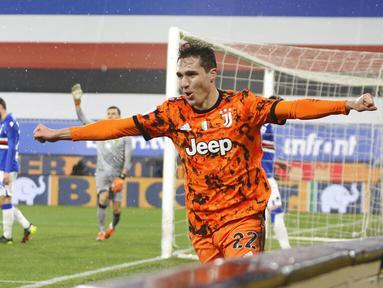 Pemain Juventus Federico Chiesa melakukan selebrasi usai mencetak gol ke gawang Sampdoria pada pertandingan Serie A Liga Italia di Stadion Luigi Ferraris, Genoa, Italia, Sabtu (30/1/2021). Juventus sukses mengalahkan tuan rumah Sampdoria 2-0. (Tano Pecoraro/LaPresse via AP)