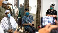 Sekretaris Umum FPI Munarman (kanan) memberikan keterangan terkait aksi penyerangan terhadap polisi oleh Laskar FPI di Petamburan III, Jakarta, Senin (7/12/2020). Munarman menegaskan, tidak ada insiden tembak menembak antara Laskar FPI dan polisi. (Liputan6.com/Faizal Fanani)
