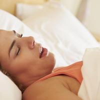 Tak hanya karena malas sikat gigi, tidur mangap juga bisa bikin gigi rusak.