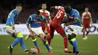Pemain Napoli, Marques Allan, berebut bola dengan pemain Arsenal pada laga leg kedua perempat final Liga Europa di Stadio San Paolo, Kamis (18/4/2019). Napoli takluk 0-1 dari Arsenal. (AP/Luca Bruno)